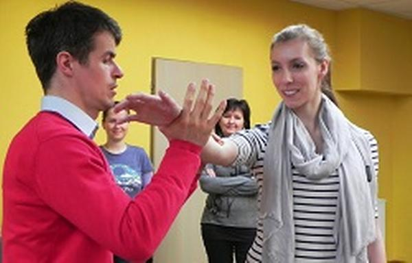 Jedno ze cvičení na kurzu Aikido managementu