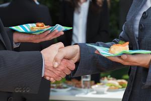 Vyjednáváme nad talířem (2/2): Vede jídlo k lepším, nebo naopak horším výsledkům?