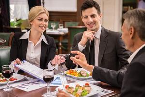 Vyjednáváme nad talířem (1/2): Jak ovlivňuje jídlo vyjednávání