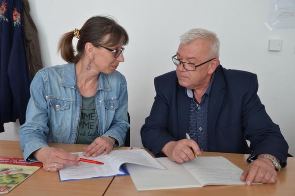 """Lucie Popelíková, vedoucí Obchodního institutu, a Jozef Farkaš, lektor kurzu """"Základy podnikání"""""""