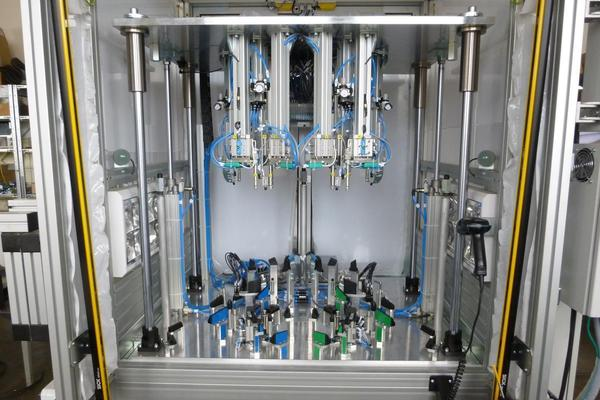 F-Svařovací přípravek Varroc, který svařuje plastové piny spojující spodní a horní část světlometu (natavením pinů dojde k uzavření světlometu)